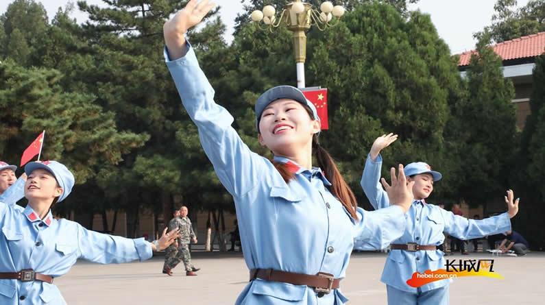 高清大图!参观者在西柏坡纪念馆观看阅兵式
