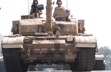 特殊视角看阅兵丨坦克从身边轰隆开过是什么感觉?
