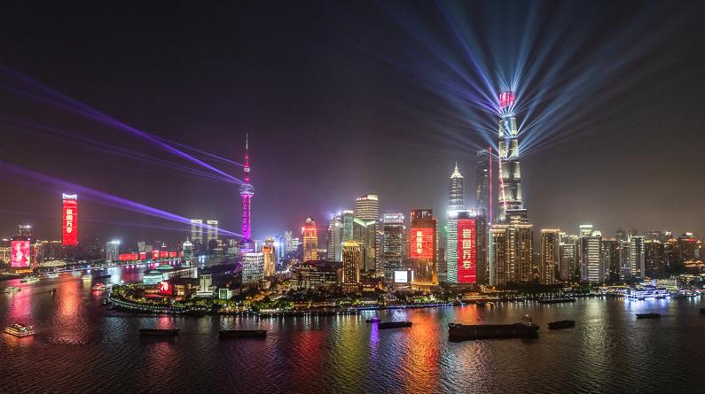 上海上演大型光影秀 吸引游客驻足