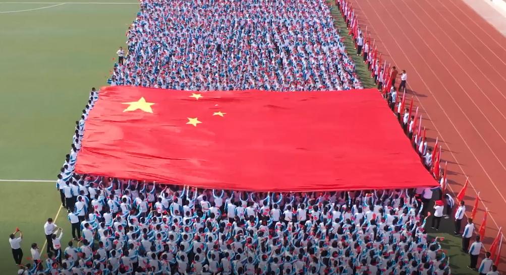 巨幅国旗传递活动走进安新