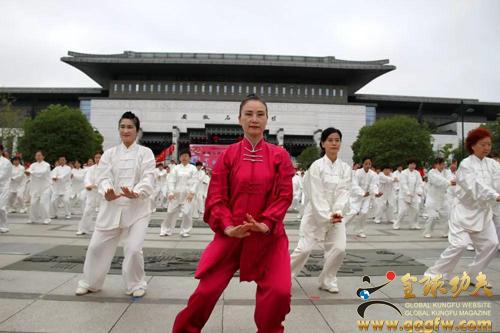 """重阳节合肥600余人同台演绎""""五禽戏"""""""