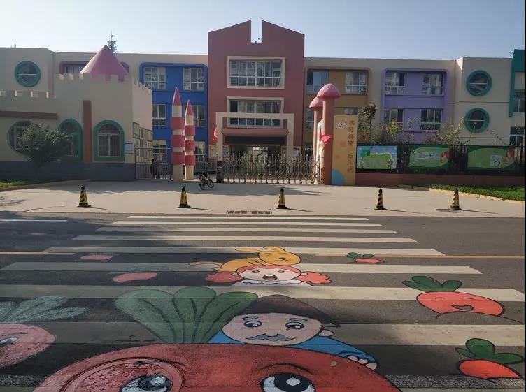 """鸡泽:""""3D""""卡通斑马线亮相多所学校门前"""