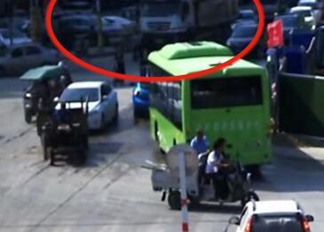 视频|惨!大货车右转碾压电动车