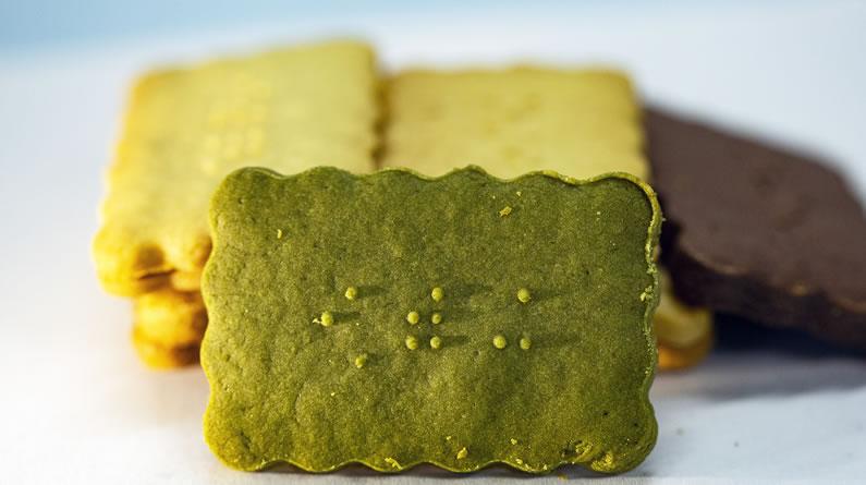 重庆大学生发明盲人饼干 触摸盲文可知饼干口味