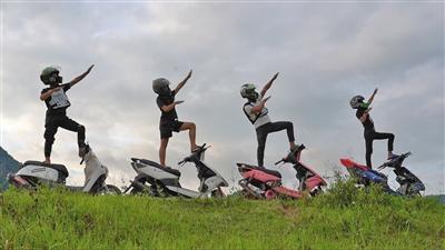 """男孩骑""""鬼火""""摩托挑战交警 多为留守少年博关注"""