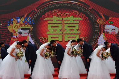 青岛:50对新人参加集体婚礼 定格浪漫