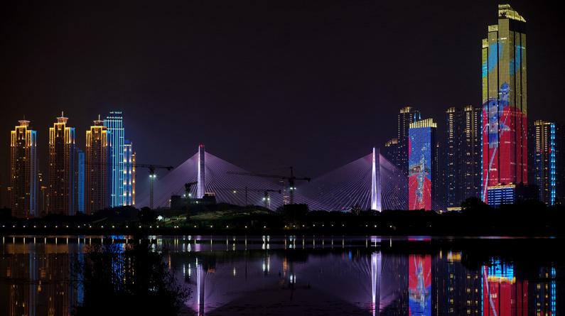 武汉:军运会主题灯光秀惊艳两江四岸