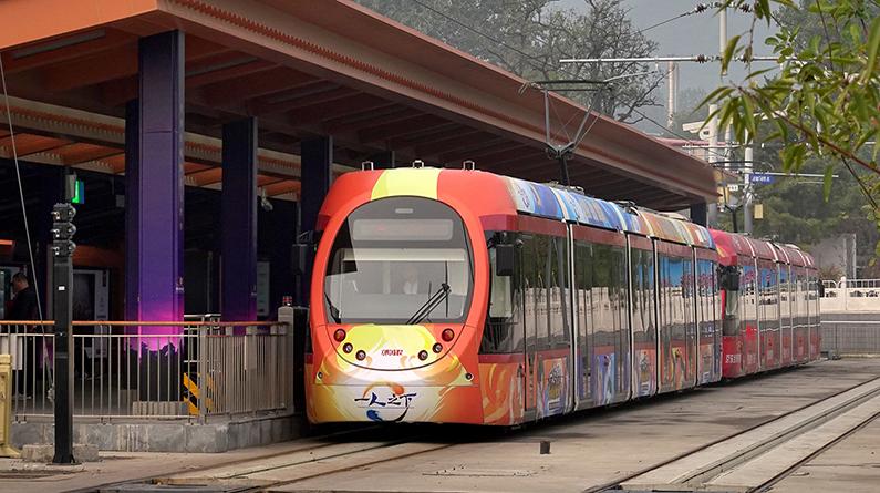 香山红叶节迎来首个高峰日 西郊线开启10组重联列车模式