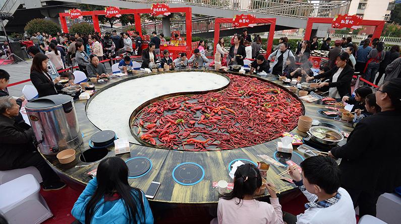 河北邯郸:直径8米巨型大锅亮相火锅文化节
