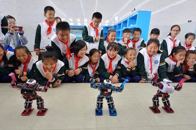 山东青岛:小学生探营智能机器人 感受科技魅力