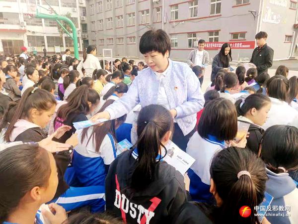 河南周口市普法志愿者走进中学开展反邪教宣传