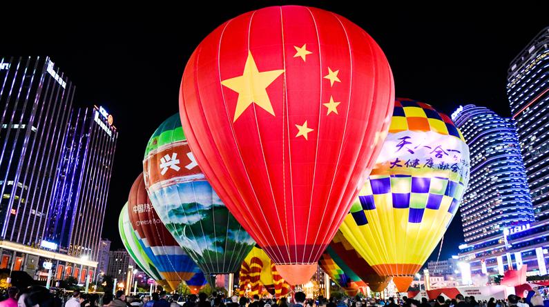贵州黔西南:热气球表演赛举行 多彩热气球点亮夜晚