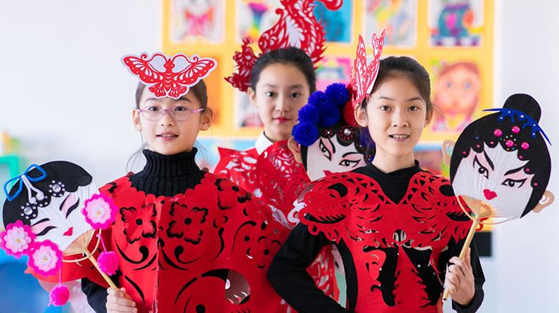 呼和浩特:小学生制作创意剪纸服饰 展现非遗之美