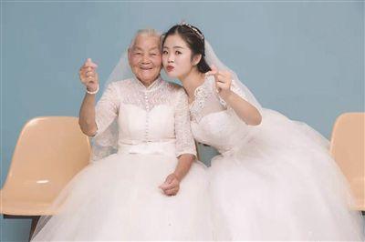 24岁女孩被催婚 带94岁外婆一起拍婚纱照