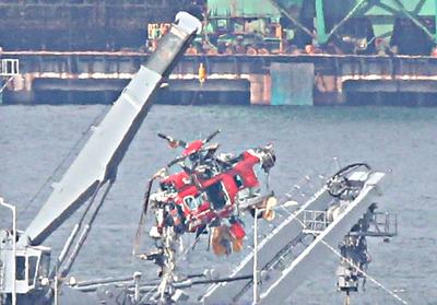 韩坠毁直升机机体被打捞出水