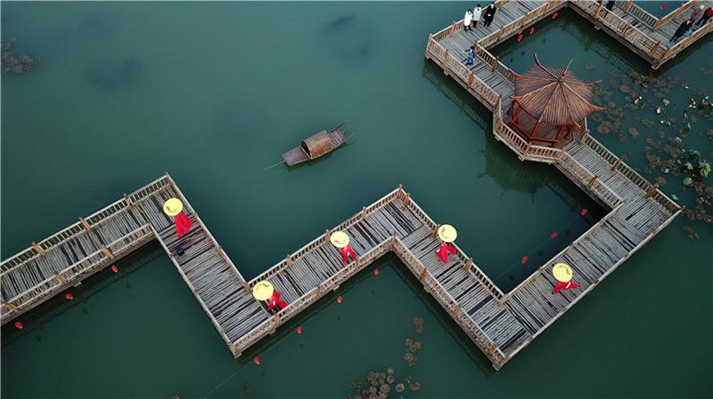 河北迁安:乡村垃圾坑变身水上公园