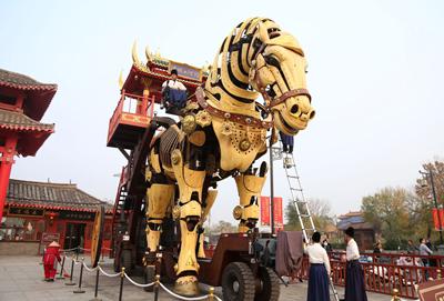 """河南开封:8米高""""巨马""""成景区网红"""