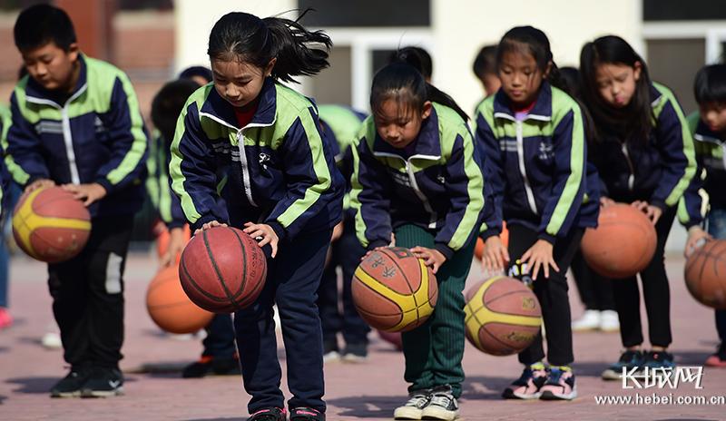 """河北东光:自编""""篮球操""""阳光体育促健康"""