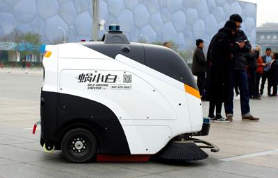 奥体公园使用自主作业蜗小白智能清扫车