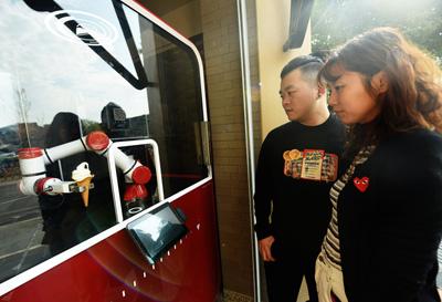杭州西湖机器人冰淇淋店投入使用