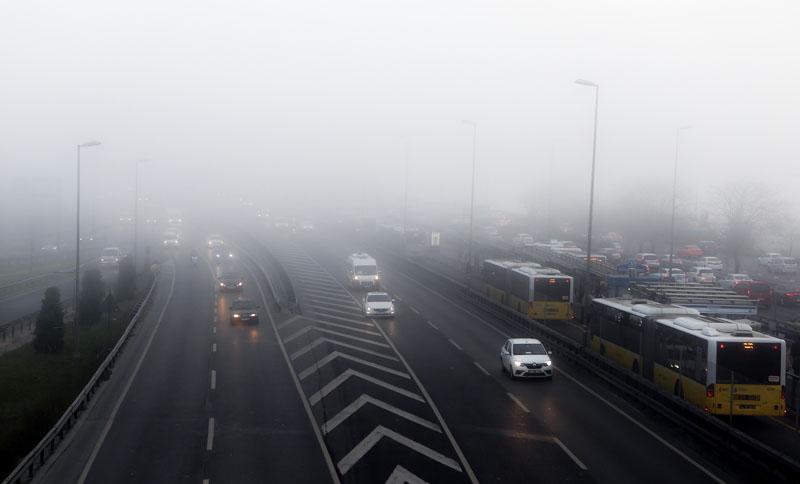"""土耳其伊斯坦布尔遭大雾 车辆""""朦胧""""中前行"""