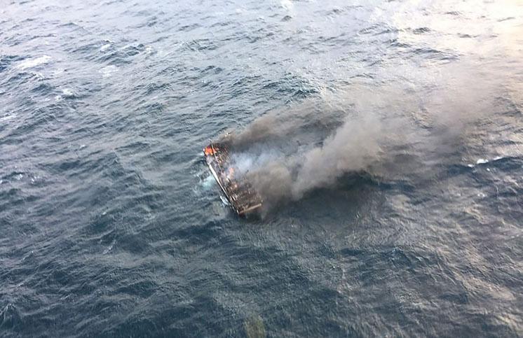 韩南部海岸一艘渔船起火