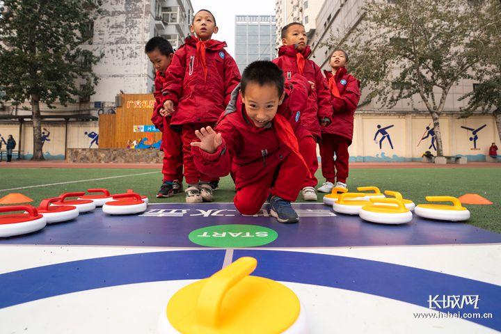 广安大街小学:冰雪运动带来校园新欢乐