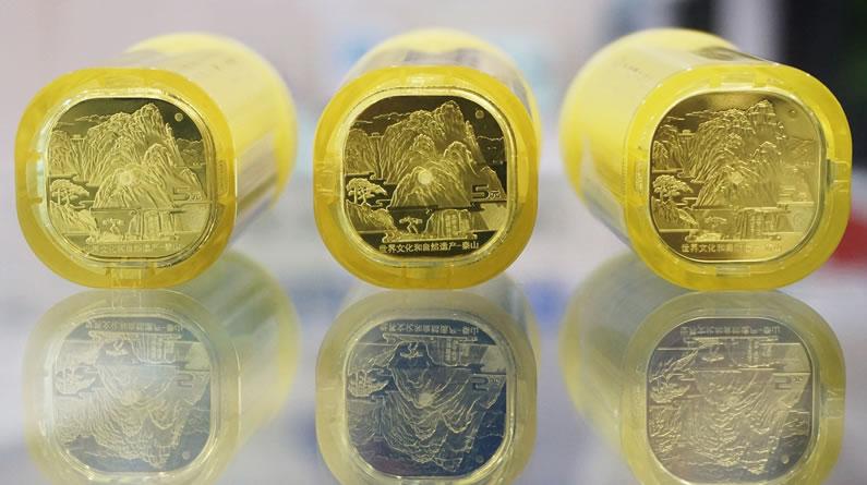"""中国首枚异形纪念币""""泰山币""""发行 市民排队兑换"""