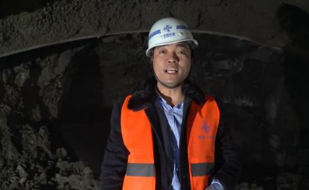 摄像机被炸飞?记者现场见证延崇高速松山隧道左洞爆破贯通
