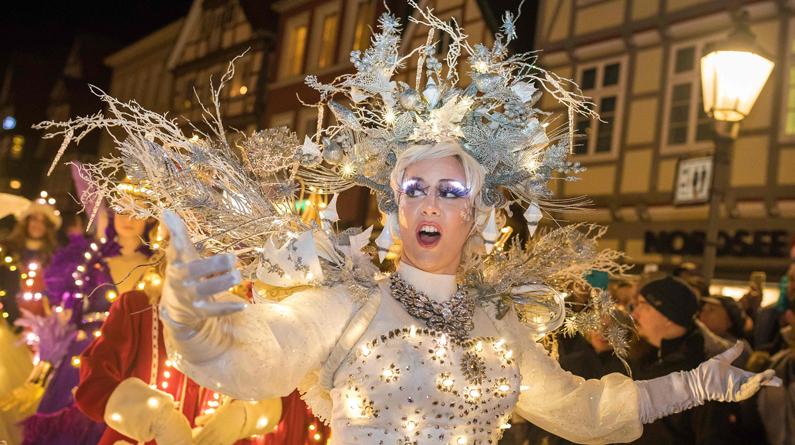 德国策勒举办灯光游行 表演者着华美服饰亮相