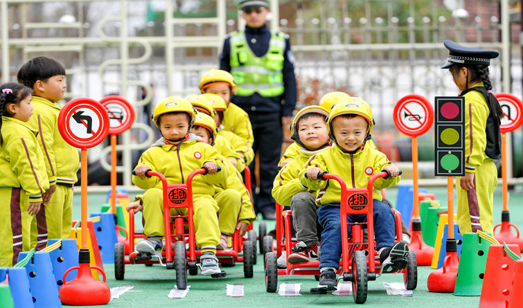 全国交通安全日:看萌娃如何学习交通安全知识