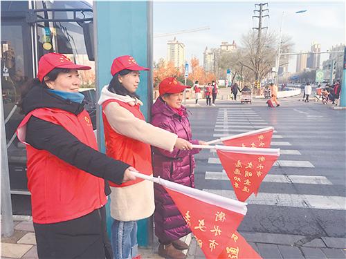 衡水愛心志愿者走上街頭宣傳文明出行規則和常識