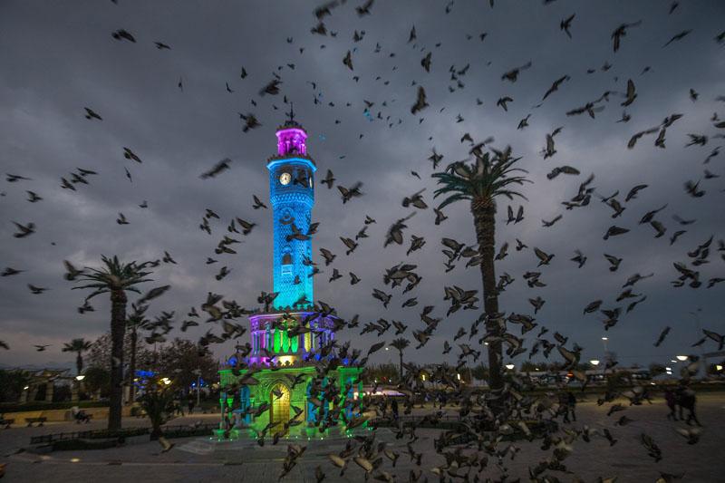 群鳥飛經伊茲密爾鐘塔上空