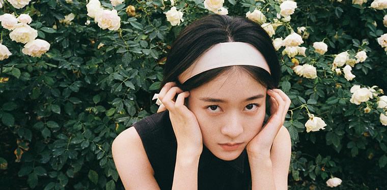张雪迎巴黎胶片封面释出 文艺少女徜徉浪漫花园