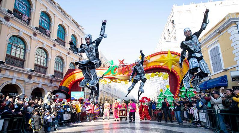 澳门举行国际幻彩大巡游欢庆回归祖国20周年