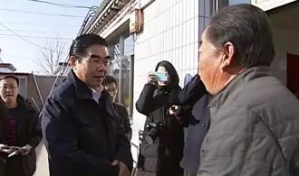 深深的牵挂!丰南地震后,唐山市长来到村民家,手握手、面对面……