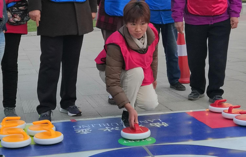 将冰雪运动的欢乐带给千家万户 河北省首届冰雪运动会展示活动走进体育公园