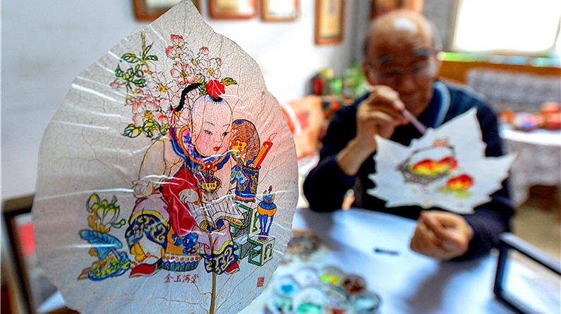 古稀老人巧手绘制叶脉画