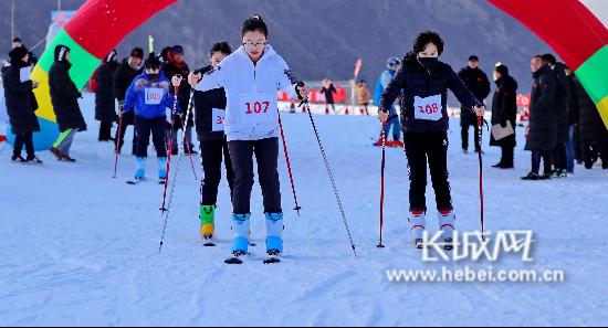 """一起""""冰雪""""吧!秦皇岛市首届冰雪运动会滑雪比赛暨冰雪体验活动开幕"""