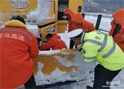 雪后高速 铲车在轰隆隆作业