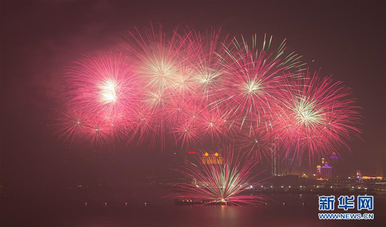 澳门与珠海首次联合举行烟花汇演庆祝澳门回归20周年