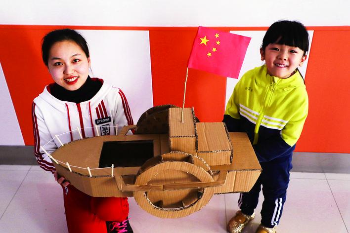 丰润区第二幼儿园小朋友们利用废弃物品制作精美手工作品