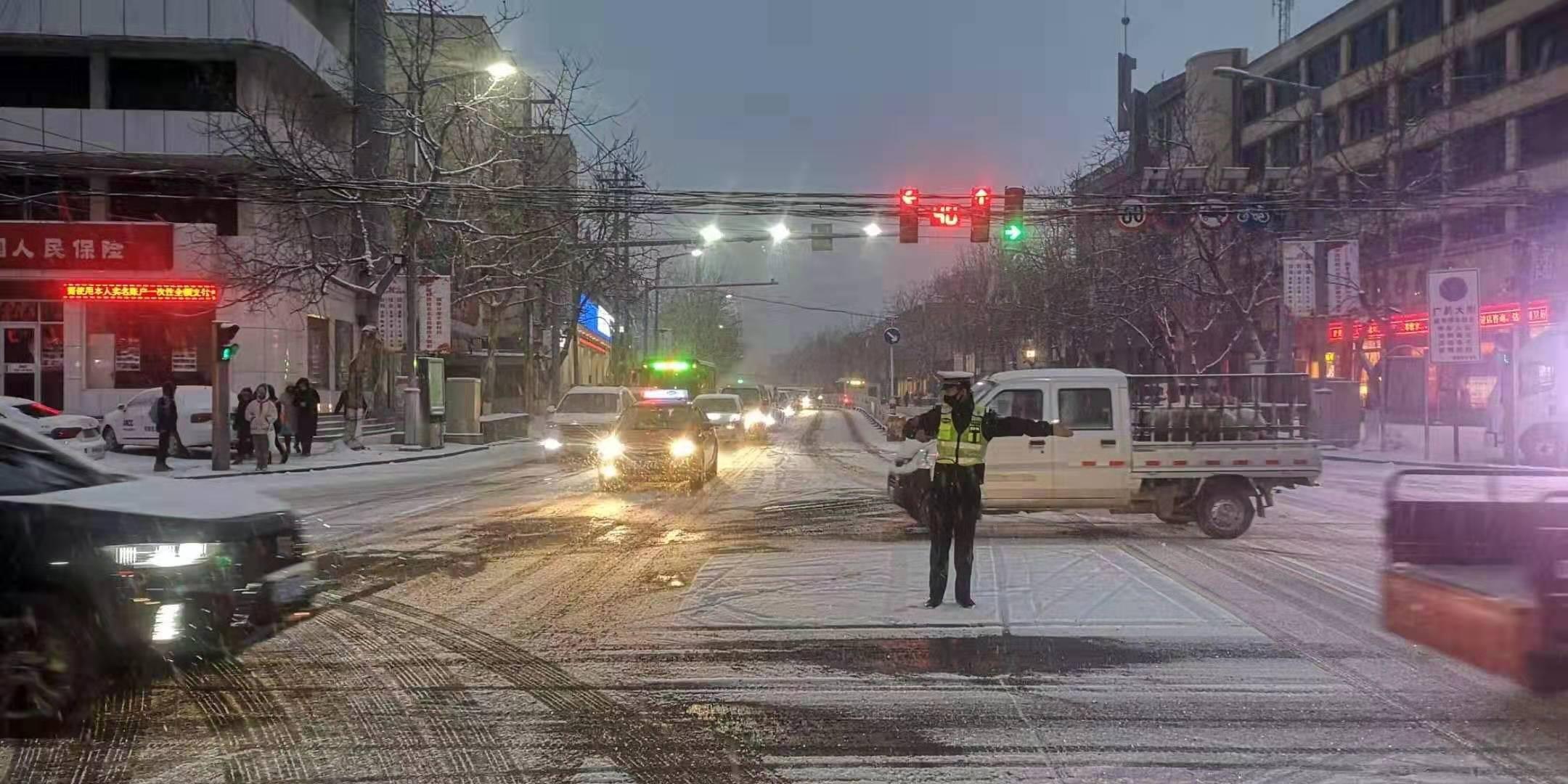"""2020年的第一场雪 保定公安交警浴""""雪""""保畅通"""