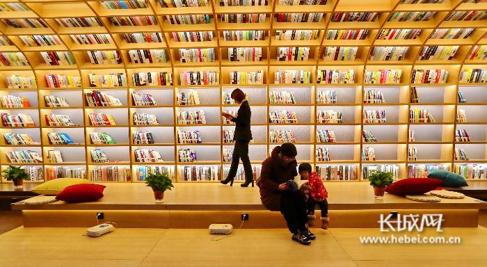 """【新春走基层】秦皇岛:海洋乐园?图书馆? """"知海书屋""""亮相秦皇岛"""