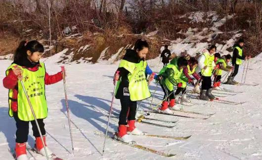 冰雪大战开启 英雄挑战继续<br>冰雪英雄系列活动来到唐山弯道山滑雪场