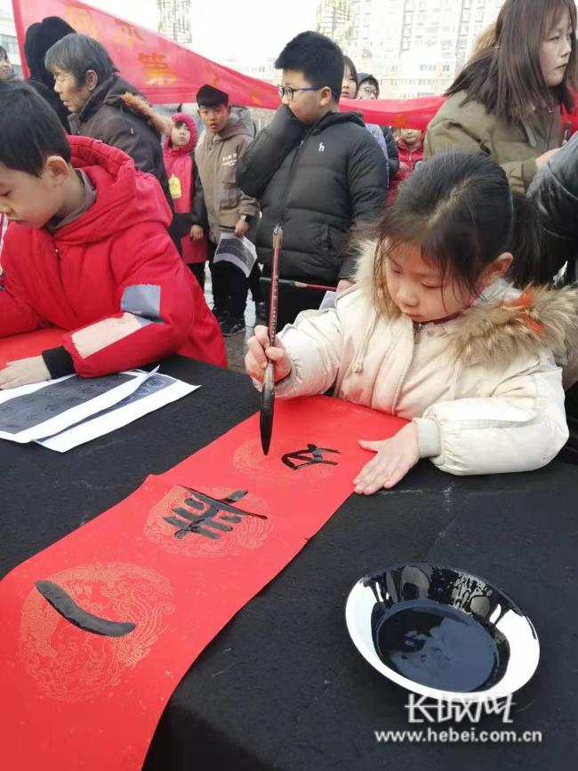 """临漳:""""小书法家""""为群众义务书写春联25年"""