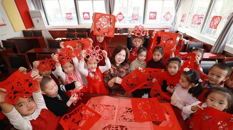 河北廊坊:剪窗花 迎新春