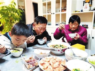 接千里之外的父母来重庆过年 已成为一种习惯