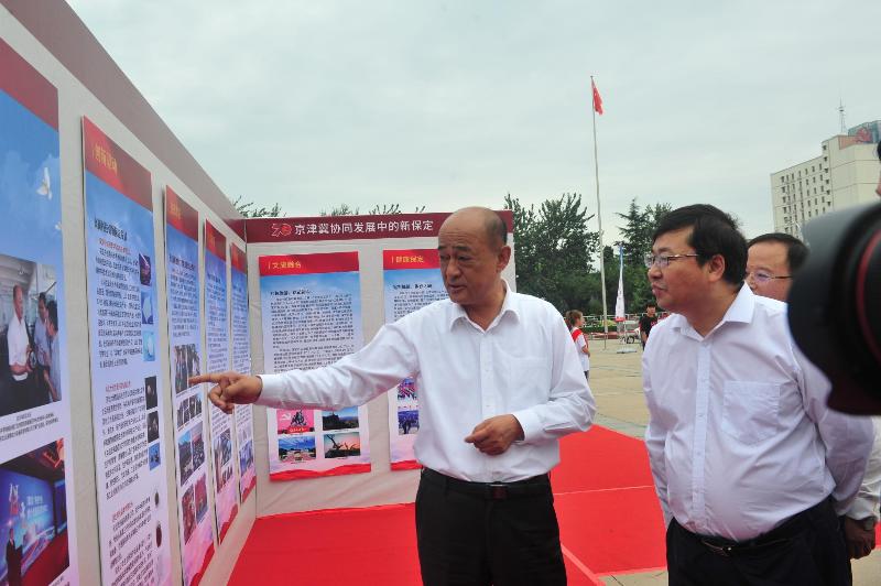 2019河北省社会科学普及月启动仪式领导看展板