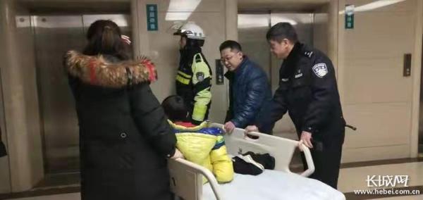 邯郸交巡警机动二大队夜间紧急救助一位口鼻涌血的男孩